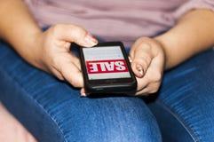 Женщина используя смартфон для покупки что-то онлайн Концепция дела онлайн стоковые изображения