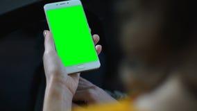 Женщина используя смартфон с зеленым экраном, современные применения, наркоманию устройства сток-видео