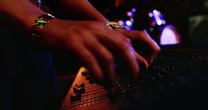 Женщина используя смеситель dj на ночном клубе 4k акции видеоматериалы