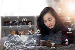 Женщина используя соединение сети 5G smartphone стоковые фотографии rf