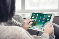 Женщина используя социальные apps средств массовой информации на совершенно новом iPad Pro Silv Яблока стоковые изображения rf