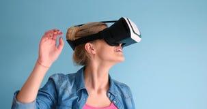 Женщина используя стекла шлемофона VR виртуальной реальности Стоковые Фото