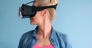 Женщина используя стекла шлемофона VR виртуальной реальности Стоковые Изображения