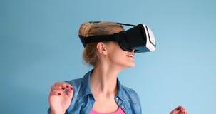 Женщина используя стекла шлемофона VR виртуальной реальности Стоковые Изображения RF