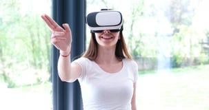 Женщина используя стекла VR-шлемофона виртуальной реальности Стоковые Фотографии RF