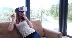 Женщина используя стекла VR-шлемофона виртуальной реальности Стоковое Изображение RF