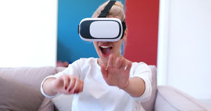 Женщина используя стекла VR-шлемофона виртуальной реальности Стоковое Изображение