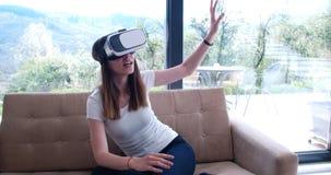 Женщина используя стекла VR-шлемофона виртуальной реальности Стоковая Фотография RF