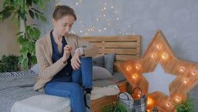 Женщина используя умный вахту дома акции видеоматериалы
