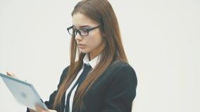 Женщина используя цифровое счастливое планшета изолированное на белой предпосылке Фокус как на планшете, так и на работе дела акции видеоматериалы