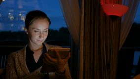 Женщина используя цифровой прибор планшета в кафе акции видеоматериалы