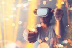 Женщина используя шлемофон виртуальной реальности, мультимедиа стоковая фотография rf