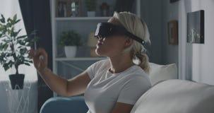 Женщина используя шлемофон VR дома сток-видео