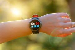 Женщина используя smartwatch с ее пальцем стоковые фото