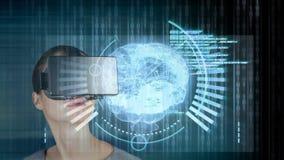 Женщина используя VR для мозга hologram сток-видео