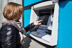 Женщина использует сенсорный экран ATM Стоковое фото RF