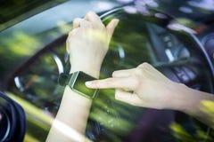 Женщина использует smartwatch в автомобиле стоковая фотография rf