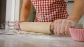 Женщина используя вращающую ось для печь видеоматериал