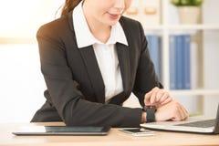 Женщина используя высокотехнологичный умный крупный план вахты Стоковое Фото