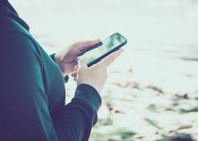 Женщина используя ее мобильный телефон Стоковые Фото