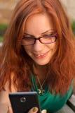 Женщина используя ее умный телефон Стоковые Изображения RF