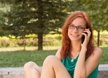 Женщина используя ее умный телефон Стоковые Фотографии RF
