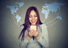 Женщина используя интернет просматривать smartphone на всемирной предпосылке карты стоковое изображение rf