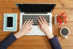 Женщина используя компьтер-книжку в кофейне, конце-вверх, взгляд сверху Стоковое фото RF