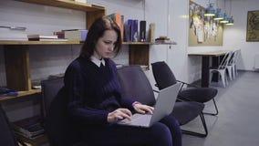 Женщина используя компьтер-книжку в офисе сток-видео