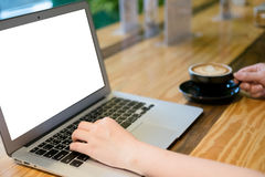Женщина используя компьтер-книжку компьютера в кофейне Стоковые Фото