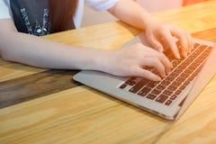 Женщина используя компьтер-книжку компьютера Стоковые Фотографии RF