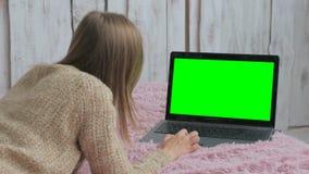 Женщина используя компьтер-книжку с зеленым экраном Стоковые Изображения RF