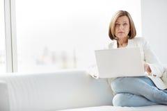 Женщина используя компьтер-книжку Стоковая Фотография RF