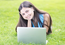 Женщина используя компьтер-книжку outdoors Стоковые Изображения RF