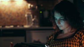 Женщина используя компьютер таблетки дома акции видеоматериалы