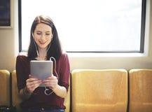 Женщина используя концепцию социальных средств массовой информации таблетки онлайн Стоковое фото RF