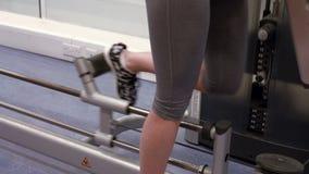 Женщина используя машину весов в спортзале видеоматериал