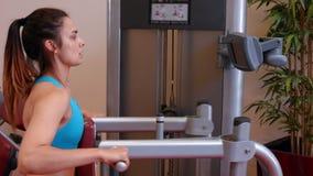 Женщина используя машину весов в спортзале акции видеоматериалы