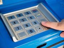 Женщина используя машину ATM для того чтобы разделить деньги Стоковое Изображение RF