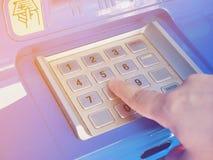 Женщина используя машину ATM для того чтобы разделить деньги Стоковое фото RF