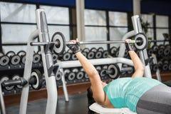 Женщина используя машины веса Стоковое Изображение RF