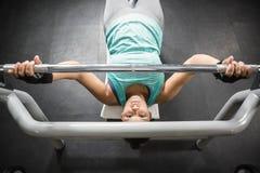 Женщина используя машины веса Стоковые Фото