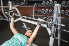 Женщина используя машины веса Стоковое Фото