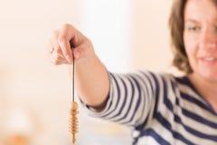 Женщина используя маятник стоковое фото rf