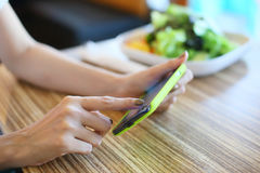 Женщина используя мобильный телефон Стоковые Фото