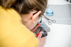 Женщина используя пистолет клея для подготовки подарка Стоковое фото RF