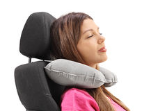 Женщина используя подушку шеи и отдыхающ на месте стоковое фото
