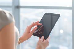 Женщина используя применения pda с интернетом Wi-Fi, касающим экраном, данными по просматривать, изображением конца-вверх Стоковое фото RF