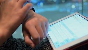 Женщина используя планшет и умный вахту акции видеоматериалы