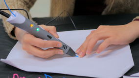 Женщина используя ручку печатания 3D Стоковые Изображения RF